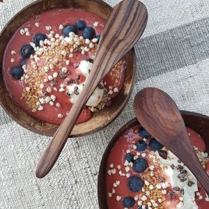 I love this strawberry purée bowl from @fitfamilysydney with a scoop of vital greens kids powder, Greek yoghurt and homemade buckwheat granola. Yum!